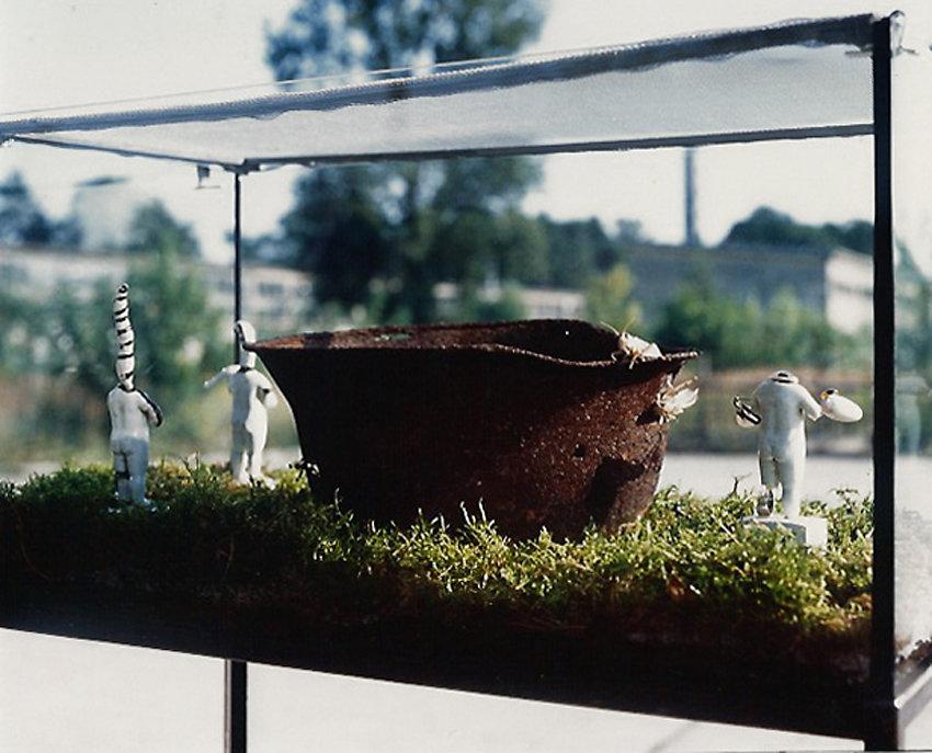 """""""Reservate ersetzen die Zapfsäulen"""" an der ehemaligen Tankstelle,  Panzerhalle II, Groß Glienicke, 1996"""